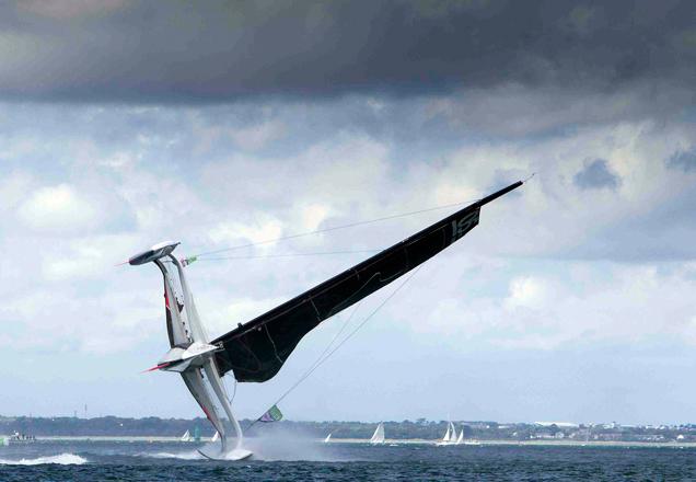 Aparatoso vuelco del MOD70 Spindrift en aguas de Dublín