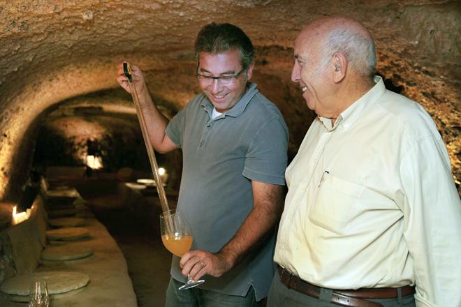 Pablo y Paco Calatayud entre las tinajas semientrerradas en la 'bodega fonda'