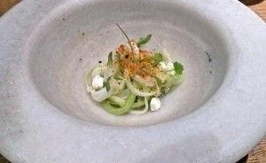 """Sopa fría y ligeramente picante de """"alficoz"""", calamar y cilantro."""