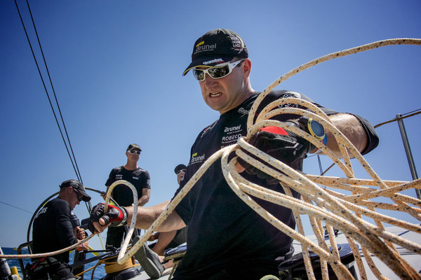 Adujando cabos - Team Brunel - Volvo Ocean Race - Foto Stefan Coopers
