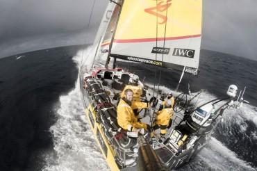 Abu Dhabi Ocean Racing en primera posición después de chocar contra un contenedor