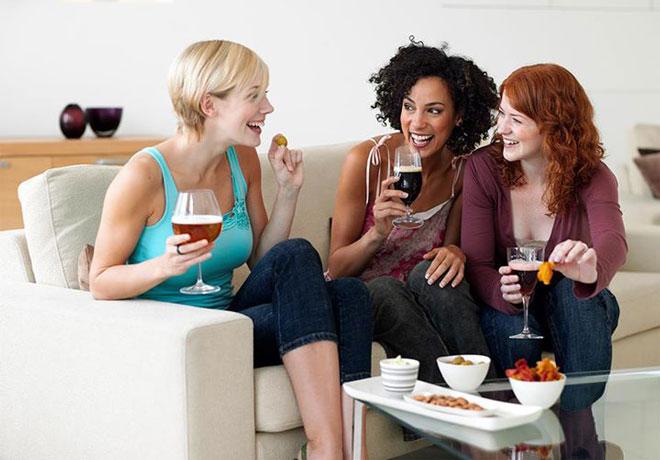 Cerveza en manos femeninas. Turismo cervecero en Flandes
