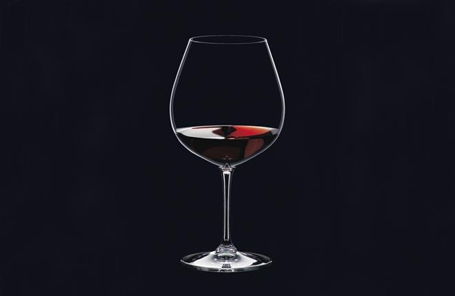 Riedel presenta Vinum Borgoña, la copa de estilo masculino que realza tintos con cuerpo