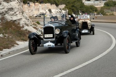 Coches y motos con historia, protagonistas del Rally Internacional de Coches de Época Barcelona-Sitges
