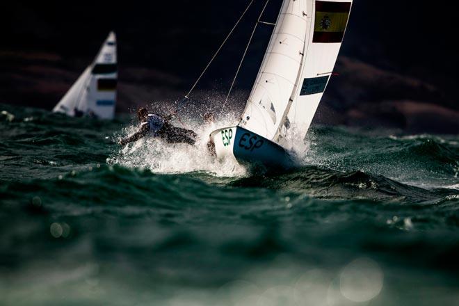 Bàrbara Cornudella y Sara López navegaron muy bien con vientos de más de 20 nudos y ola. Foto: Pedro Martínez