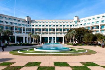 El Hotel Santos Balneario Las Arenas continúa su campaña solidaria de agua social Auara
