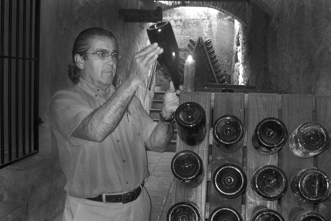 El enólogo Vicente García en la cava de crianza de Pago de Tharsys