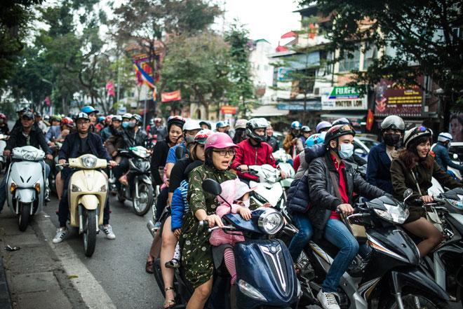 Avenida llena de scooters