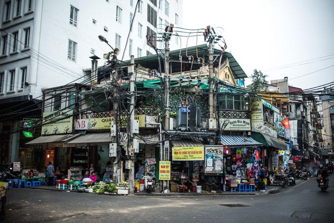 Tiendas y restaurantes en una esquina