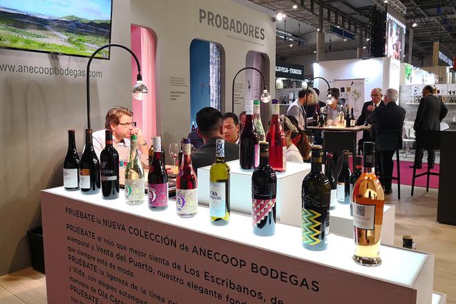 Anecoop presenta en Alimentaria el maridaje perfecto entre moda y vinos
