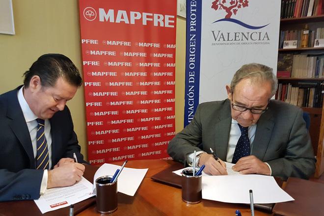 El Director General Territorial de MAPFRE en la Comunitat Valenciana, Vicente Guarch, y Cosme Gutiérrez, presidente del CR Vinos de la DOP Valencia, firman un acuerdo de colaboración