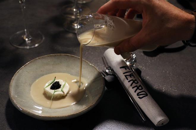 Los chefs Germán Carrizo y Carito Lourenço inician mediado el mes de julio la quinta temporada de su restaurante Fierro, un espacio gastronómico que es mucho más que un restaurante de autor al uso