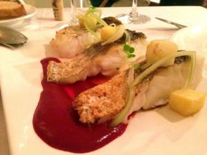 Restaurante-Mar-d-Avellanes---Merluza-con-puré-de-remolacha-y-apio