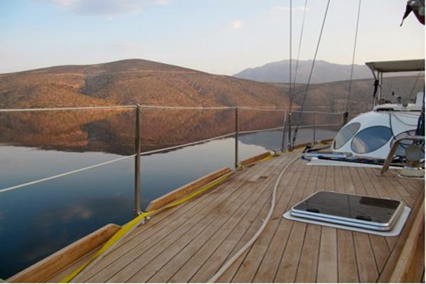 El Pangea surca las aguas de Corinto