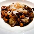 Restaurante-Fuente-de-la-Aceña-garbanzos negros con pulpo, tallarines de sepia y calamarcitos