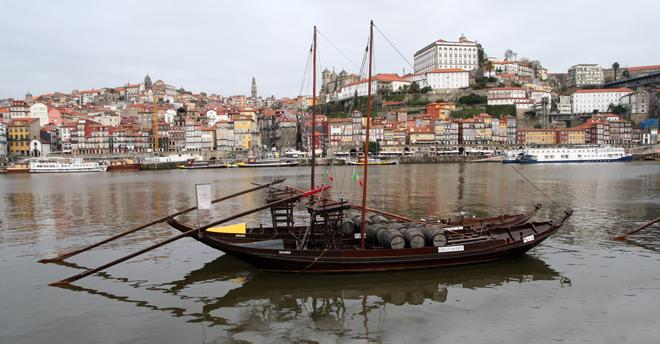 Oporto, visto desde Vila Nova de Gaia, con la Torre Dos Clérigos, solitaria, en el centro