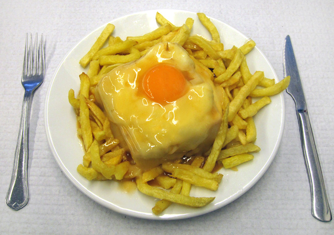 """Contundente """"Francesinha"""". Elaborado fast food en el viejo Oporto"""