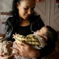 Hafida con su bebe - Madres Invisibles - foto Lorenzo Benitez