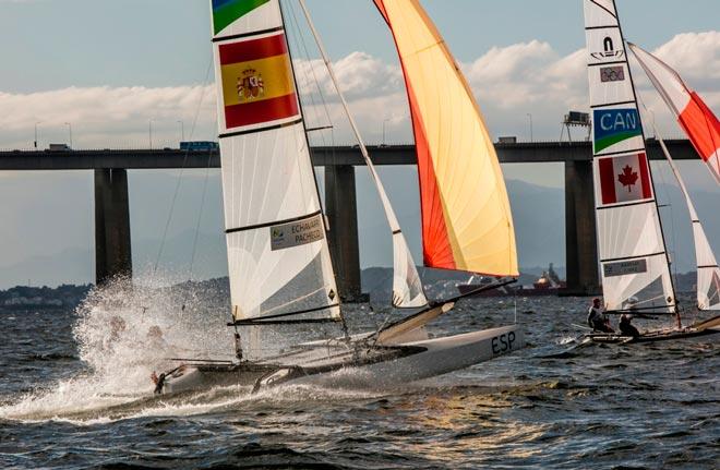 Fernando Echávarri y Tara Pacheco navegando en el área de Ponte