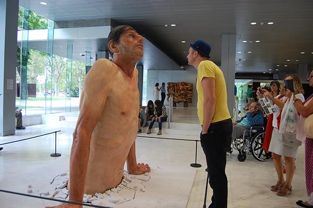 Las inquitantes sensaciones de la escultura hiperrealista