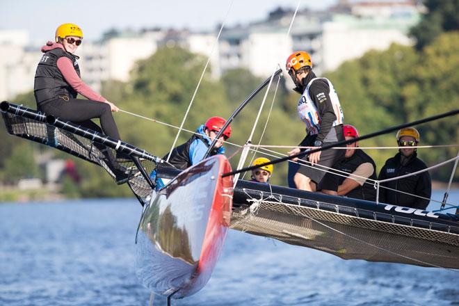 Los catamaranes M32 navegarán con invitados en las ciudades por donde pase la Volvo Ocean Race