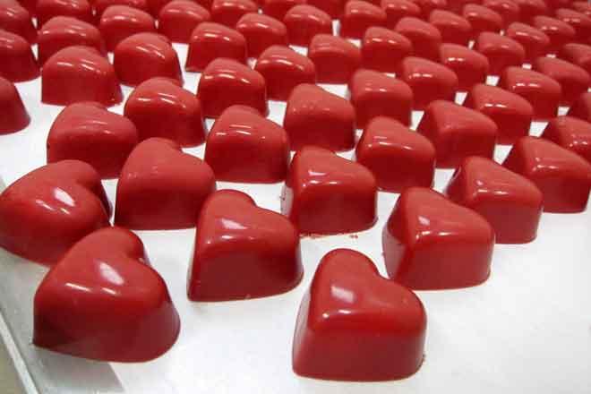 corazones de chocolate con polvo de fresas de Pastelería Ascaso