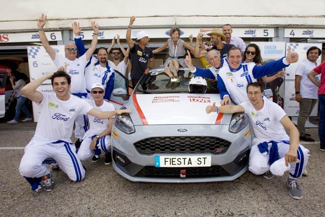 Fundación Elena Barraquer campeona en las XV 24 Horas Ford. Emocionante final de los Ford Fiesta ST con los tres primeros clasificados en una vuelta. Las 12 ONG participantes se reparten 116.000 euros en premios de Ford España