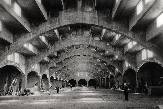 Imagen histórica de la bodega Raimat, construida en 1918, primer edificio de hormigón armado hecho en España, diseñado por el arquitecto Joan Rubió i Bellver