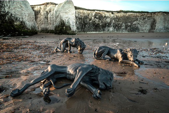 Tres famélicos leones advierten sobre el Bexit al pie de los blancos acantilados de Dover. The Pride of Brexit