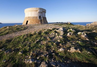 Un paseo por la historia de Menorca entre castillos y torreones