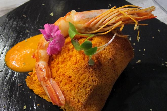 crujiente de salmón con langostino y salsa americana, Restaurante Malkebien
