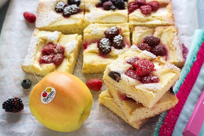 Tarta esponjosa de manzana Golden y frutas del bosque