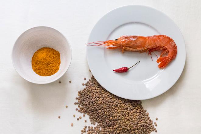 Lentejas con curry y gambas, aroma exótico y paladar especiado