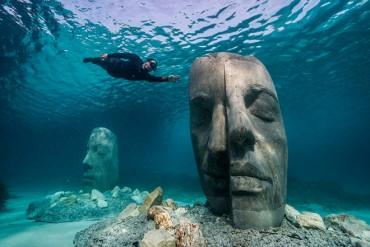 La máscara del mar en el fondo del Mediterráneo