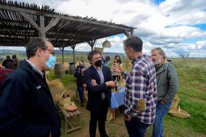 Los viticultores muestran al Secretario Autonómico de Turismo, Francesc Colomer,  la amenaza de fondos de inversión en el paisaje de Terres dels Alforins