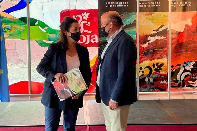 el presidente del Consejo Regulador de la Denominación de Origen Calificada Rioja, Fernando Ezquerro, con la presidenta del Gobierno de La Rioja, Concha Andreu